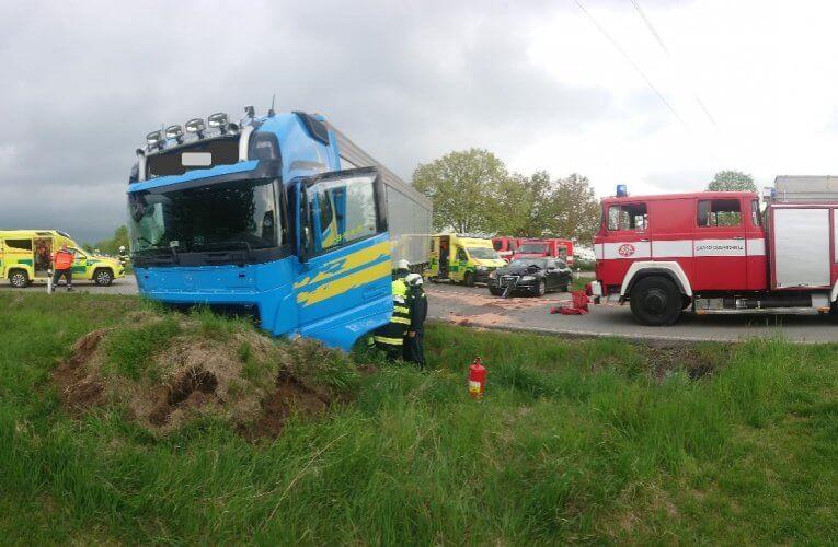 Střet dvou kamiónů a osobního auta u Velešína