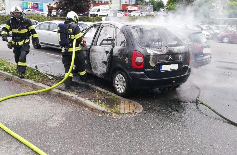 Noční požár v Českých Budějovicích a shořelá auta na parkovišti v Táboře